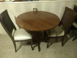 Lote de Mesas e cadeiras