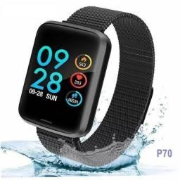 Relógio smartwatch P70 com duas 2 pulseiras (aço/silicone) pretas