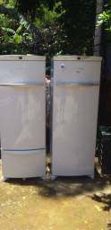 Uma geladeira e um freezer