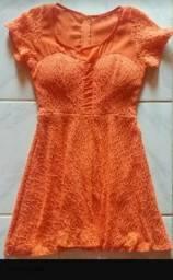Vestido laranja de renda curto