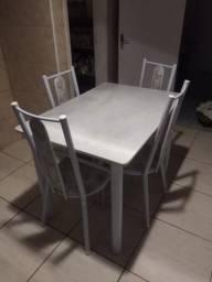 Mesa de 4 cadeira de mármore