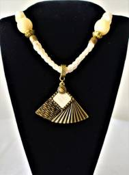 Colar Balinês Couro Branco Pingente Leque Dourado e Branco