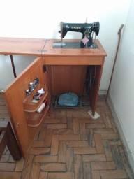 Máquina de costura Singer antiga e completa