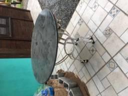 Vendo mesa com pé de ferro e tampo de ardósia, usada