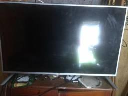 Vendo uma televisão com tela quebrada