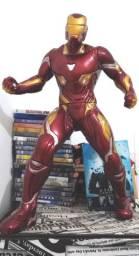 Boneco homem de ferro gigante