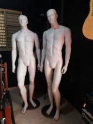 Dois manequins masculinos fibra com base