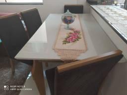 Mesa (Henn Marisa)  com seis cadeiras e tampo em mdf com sobreposição de vidro de 4mm.