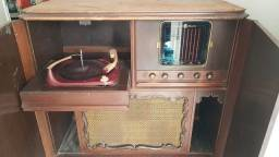 Rádio vitrola antigo