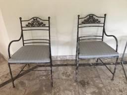 Duas cadeiras de alumínio pintadas