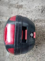 Baú e capacete