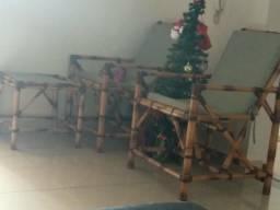 Duas cadeiras de bambu e uma mesinha