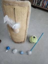 Arranhador com brinquedos para Gatos!