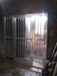 Um fechamento de alumínio completo com vidro canelado