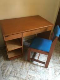 Escrivaninha de madeira e cadeira