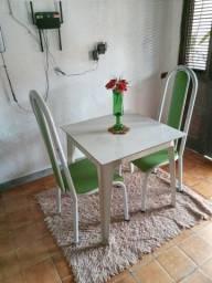 Vendo mesa  de plástico com duas cadeiras