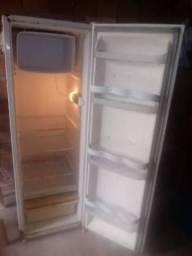 Vendo uma geladeira  e uma cama