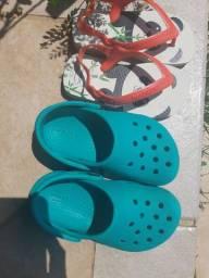 Crocs original e havaianas
