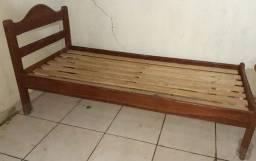 Cama de  solteiro de madeira com um colchão usado