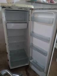 Vendo essa geladeira boa de motor , gela bastante !