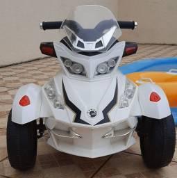 Triciclo infantil elétrico branco com preto,  funcionando  9 volts