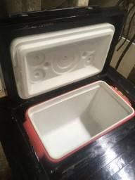 Caixa térmica com mesinha de madeira
