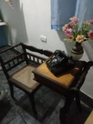 Móvel antiguidade e telefone original.