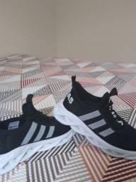 Tênis Adidas preto e branco