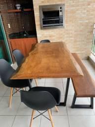 Mesa de madeira com banco e 4 cadeiras