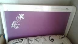 Cama de solteiro com colchão.