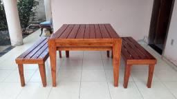 Mesa e bancos rústicos