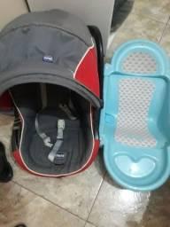 Bebê conforto e uma banheira portátil