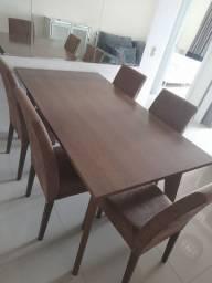 Mesa com 5 cadeiras estofadas.