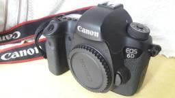 Canon 6D com carregador e bateria.
