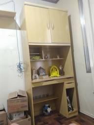 Rack para computador com duas portas e gavetas