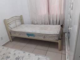 Duas camas de solteiro com colchão