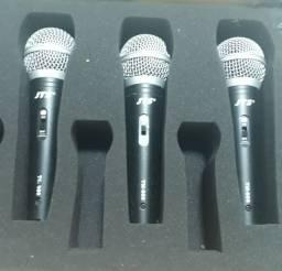 3 Microfones com pedestais.