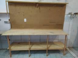 Bancada fixa de madeira com painel perfurado