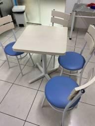 Jogo de mesas com 4 cadeiras