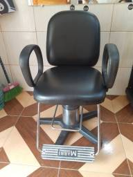 Cadeira pra barbeiro muito boa e conservada.