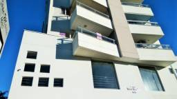 Apartamento de três quartos, com amplo terraço em localização central, aceita automóvel