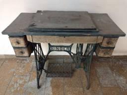 Pé e máquina de costura Singer