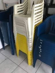 Mesas e cadeiras plásticas usadas
