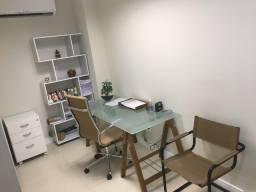 Mesa com tampo de vidro jateado.