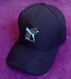 Boné Puma preto com desenho azul