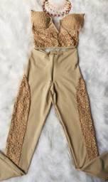 Conjunto de calça e Cropped, na cor bege com detalhes nude rosado em renda.