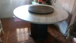 Mesa com centro giratório