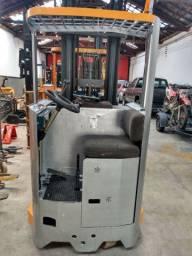 Empilhadeira Elétrica Retrátil 1800 kg e 7 metros de elevação, com bateria funcionando