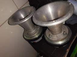 Duas cornetas 350 Pancadão, dois alto falantes de 18 magno com a caixa