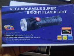 Lanterna tática super potente recarregável.